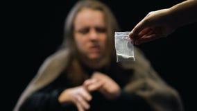 Dose de tomada fêmea viciado das drogas das mãos do negociante, sintomas de retirada video estoque