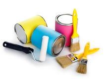 Dosen der Farbe und des Malerpinsels lokalisiert auf weißem Hintergrund stockbild