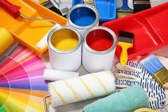 Dosen Farben- und Dekorateurwerkzeuge stockfotos