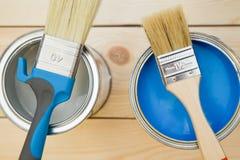 Dosen Haushaltsfarbe und Bürsten stockbild