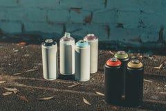 Dosen mit bunter Sprühfarbe für Graffiti Lizenzfreie Stockfotos