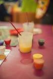 Dosen mit Gouache-, Bürsten- und Schulkunstzubehör Pastell-colo Lizenzfreies Stockfoto