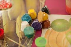 Dosen mit Gouache-, Bürsten- und Schulkunstzubehör Pastell-colo Lizenzfreie Stockfotos