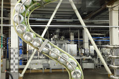 Dosen mojitos auf Linie in Ochakovo-Fabrik Stockfotos