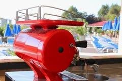 Dosiereinrichtungsbier nahe dem Pool Stockfoto
