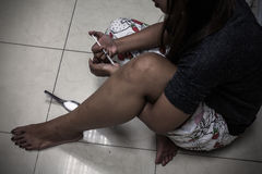 Dosieren Sie asiatische weibliche Drogenabhängigehand, narkotische Spritze I der Drogen über lizenzfreies stockbild