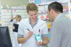 Dosificación de la escritura del farmacéutico en la caja imagen de archivo