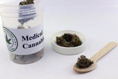 Dosificación de la marijuana médica imagen de archivo libre de regalías