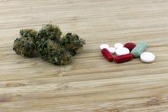 Dosificación de las píldoras médicas de la marijuana imágenes de archivo libres de regalías