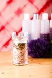 Dosis de cristal con los accesorios rosados de la sal y del baño del mar Imágenes de archivo libres de regalías