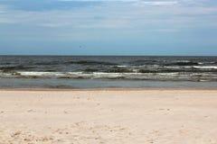 Doskonalić opustoszałą białą piasek plażę z morzem bałtyckim _ Zdjęcia Stock