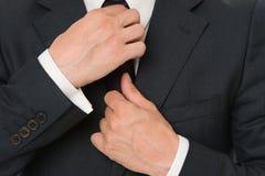 Doskonalić ostatni szczegół Elegancki szczegółu biznesu pojawienie Biznesu stylowy kod ubioru Męskie ręki załatwia krawat Obraz Stock