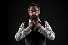 Doskonalić ostatni szczegół Mężczyzna kostiumu czerni dobrze przygotowywający rozpinający urzędniczy elegancki formalny tło Macho fotografia stock