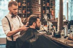 Doskonalić podstrzyżenie przy zakładem fryzjerskim Zdjęcie Royalty Free