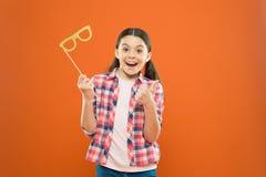 Doskonalić wsparcia dla świętować Szczęśliwy małe dziecko pokazuje aprobaty rękę szkieł wsparcia Śmieszny mały dziewczyny mienie fotografia stock
