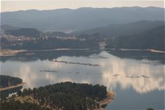 Dospat behållarsjö, BulgarienlandskapRhodope berg Royaltyfria Bilder