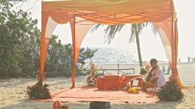 Dossel decorado do casamento na praia do oceano no close up da Índia video estoque