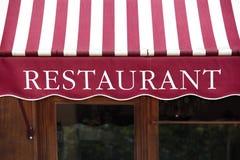 Dossel francês listrado da entrada do restaurante, Paris france fotos de stock royalty free