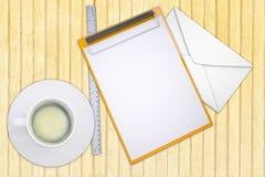 Dossier avec la tasse du café et de l'enveloppe Photographie stock libre de droits