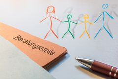 Dossier avec le mot allemand pour conseiller le centre et une famille peinte comme 3d a rendu Illsutration illustration de vecteur