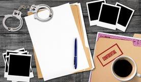 Dossier avec les papiers confidentiels sur la table en bois Photo libre de droits