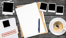 Dossier avec les papiers confidentiels sur la table en bois Images libres de droits