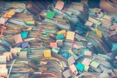 Dossier coloré fait en sort empilable de papier, désordonné images libres de droits