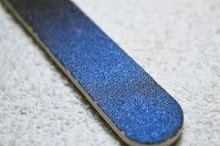Dossier d'ongle d'émeris sur la serviette de coton Image stock
