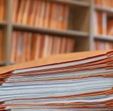 Dossier dans le bureau images stock