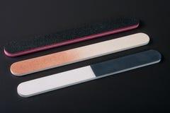 Dossier de clou trois avec un abrasif différent sur le fond foncé Image stock