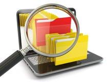 Dossier de recherche. Ordinateur portable, loupe et dossiers. Photos stock