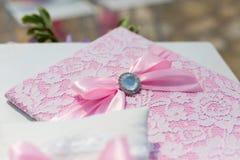 Dossier et oreiller de mariage avec des anneaux Photographie stock libre de droits