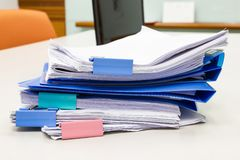 Dossier et pile de fichier papier de rapport de gestion sur la table dans un bureau de travail photo stock