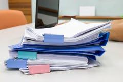 Dossier et pile de fichier papier de rapport de gestion sur la table dans un bureau de travail photographie stock libre de droits