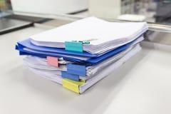 Dossier et pile de fichier papier de rapport de gestion sur la table dans un bureau de travail images stock
