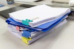 Dossier et pile de fichier papier de rapport de gestion sur la table dans un bureau de travail photographie stock