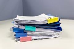 Dossier et pile de fichier papier de rapport de gestion sur la table dans un bureau de travail photos stock