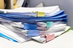 Dossier et pile de fichier papier de rapport de gestion sur la table dans un bureau de travail image libre de droits