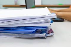 Dossier et pile de fichier papier de rapport de gestion sur la table dans un bureau de travail photos libres de droits