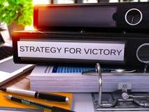 Dossier noir de bureau avec la stratégie d'inscription pour la victoire 3d Photos stock