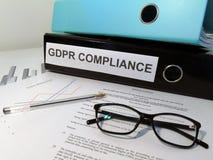 Dossier réglementaire de voûte de levier de conformité de la protection des données générale GDPR sur le bureau encombré photographie stock libre de droits