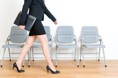 Dossier se tenant modèle femelle de données de l'entreprise de jeune costume Photos stock