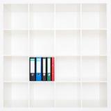 Dossieromslagen, die zich op de planken op kantoor bevinden Stock Afbeeldingen