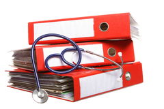 Dossieromslagen met stethoscoop die op wit wordt geïsoleerd Royalty-vrije Stock Foto's