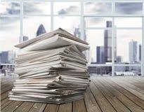 Dossiers avec des documents d'isolement dessus Image stock