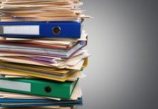 Dossiers avec des documents sur le fond blanc Photographie stock