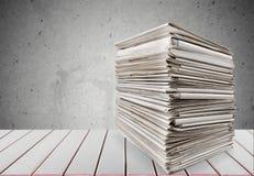 Dossiers avec des documents sur le fond blanc Photos stock