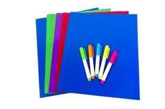 Dossiers colorés avec des barres de mise en valeur d'isolement Image stock