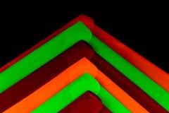 Dossiers colorés de document sur un fond noir image stock
