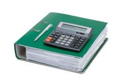 Dossiers d'affaires avec des papiers et une calculatrice sur un backgro blanc Photo libre de droits